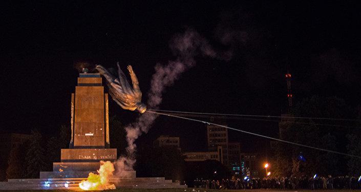 Desmontaje de un monumento de Lenin en la cuidad ucraniana de Kharkiv