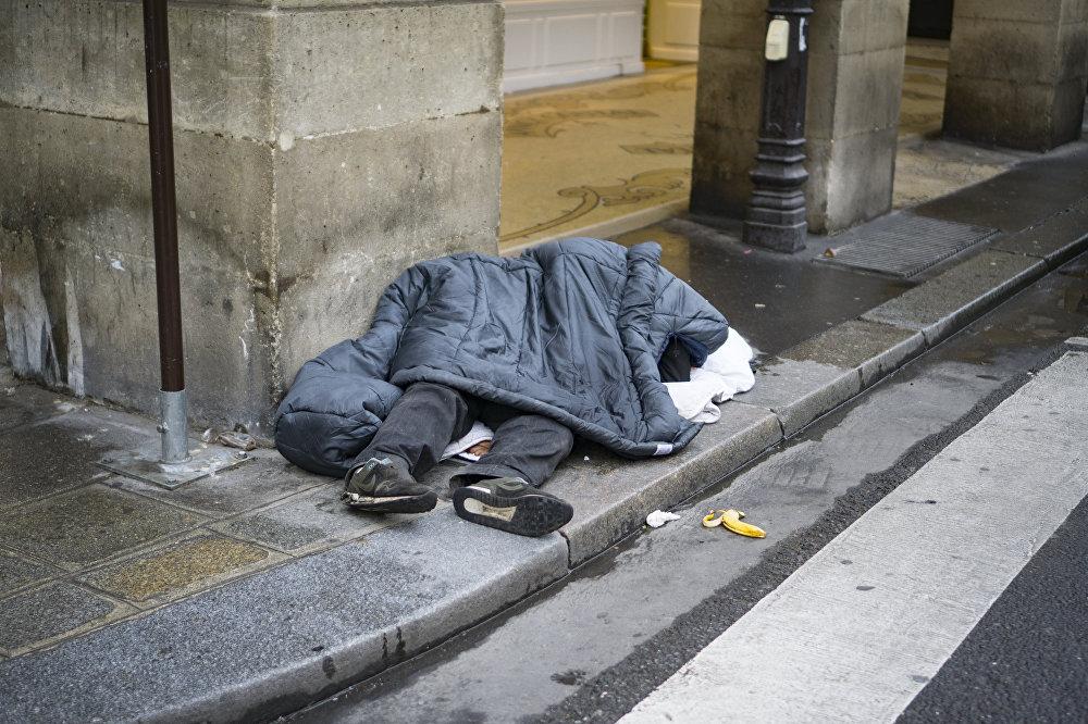 Una persona sin hogar en una de las principales calles de París