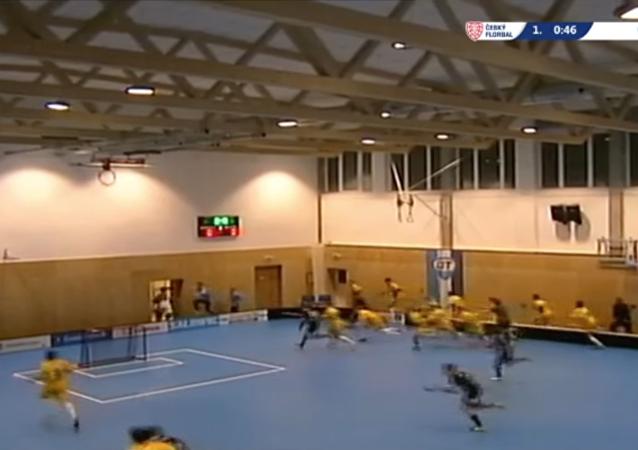 Todos a correr: el techo se viene abajo durante un partido de floorball