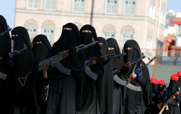 Mujeres hutíes participan en un desfile militar en Saná