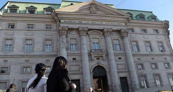 Gente pasa por el Banco de la Nación Argentina