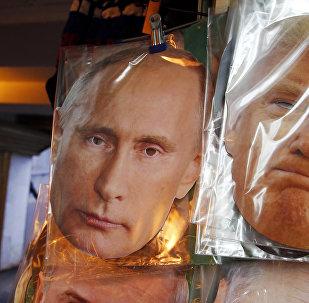 Máscaras con las caras de Vladímir Putin y Donald Trump