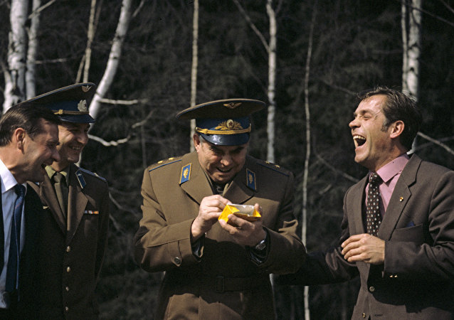 Miembros de la tripulación de la nave espacial Soyuz T-8 riéndose