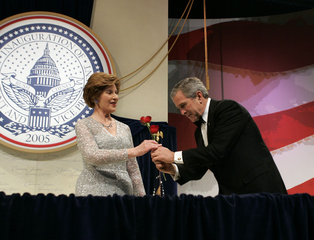 El presidente estadounidense, George W. Bush, y su esposa Laura, en el baile Patriótico de 2005