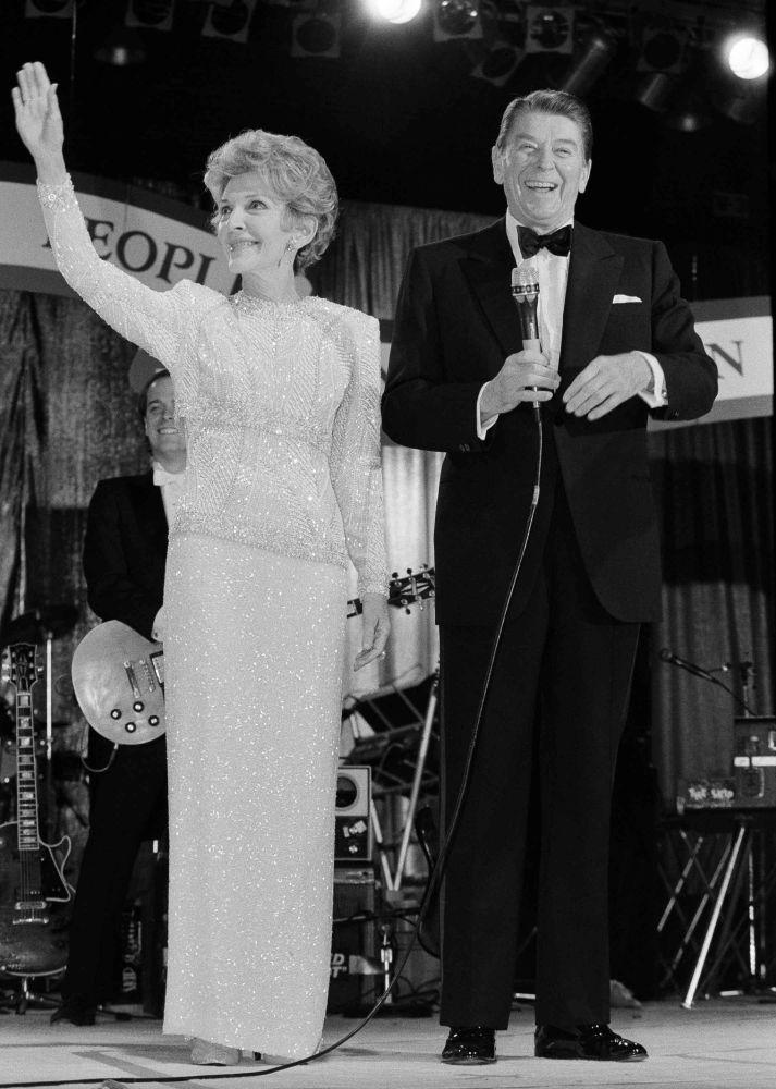 El presidente de EEUU, Ronald Reagan, y su esposa Nancy, en un baile en Washington (1985)