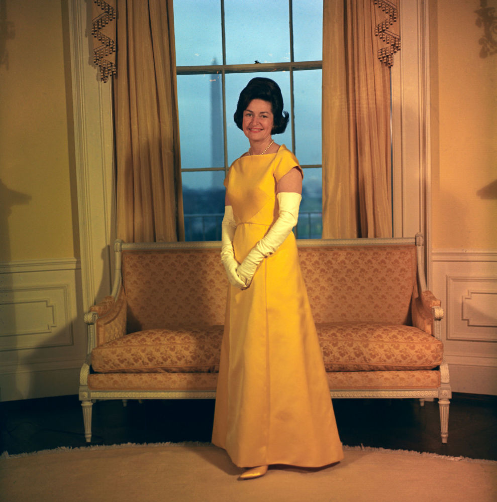Lady Bird Johnson posa en el vestido para el baile inaugural de 1965