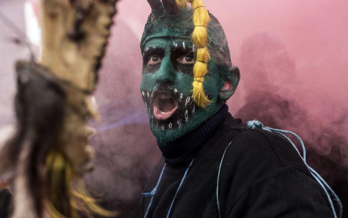 Pobladores de la aldea de Vevcani celebran un carnaval en vísperas de la fiesta de San Basilio, marcando también el comienzo del Año Nuevo según el calendario juliano, utilizado por la Iglesia Ortodoxa de Macedonia. 13 de enero de 2017.