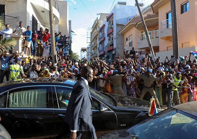 Los seguidores de Adama Barrow, presidente de Gambia (auscente en la foto)