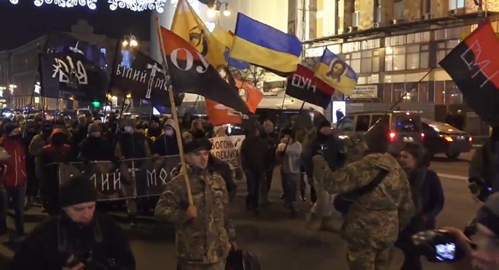 Choques entre radicales ucranianos y la policía en una marcha para conmemorar el Maidán