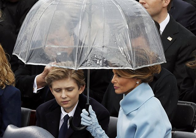 Melania Trump con su hijo Barron