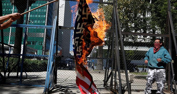 Manifestantes protestan contra Trump ante Embajada de EEUU en México