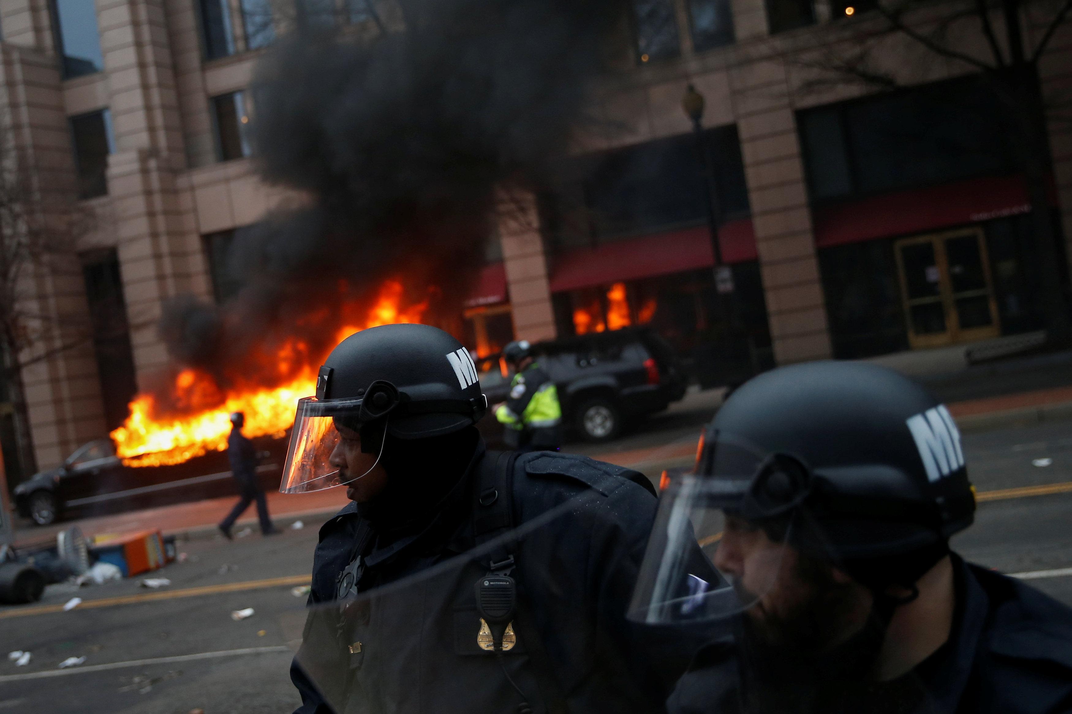 Policía durante la manifestación anti-Trump en Washington, 20 de enero de 2017