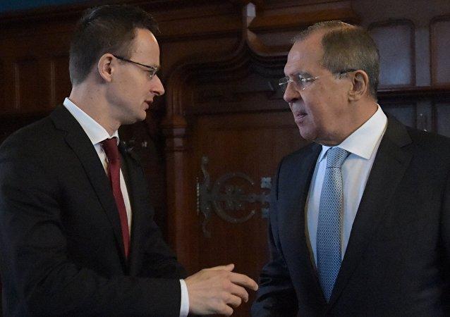 Serguéi Lavrov, canciller de Rusia, durante la reunión con su homólogo húngaro, Péter Szijjarto