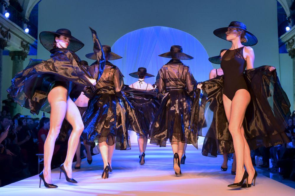 Desfile de ropa interior en París