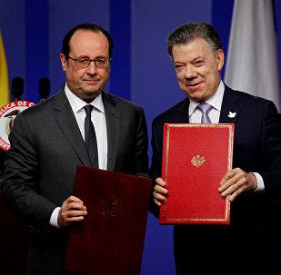 Francois Hollande, presidente de Francia, y Juan Manuel Santos, presidente  de Colombia