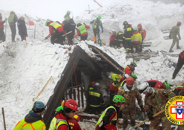 Rescatistas italianos en el hotel Rigopiano, cubierto por una avalancha