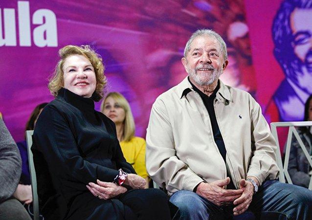 Ex presidente brasileño Luiz Inácio Lula da Silva con su esposa  Marisa Letícia