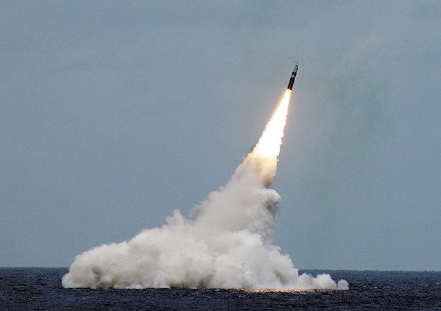 Lanzamiento de un misil balístico Trident II D5 desde un submarino clase Ohio (archivo)