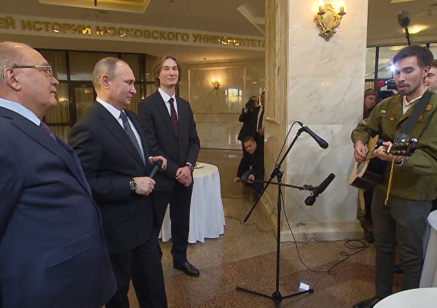 Putin canta al son de la guitarra