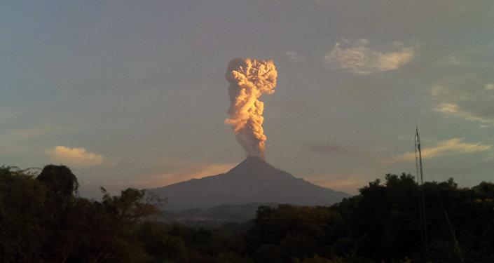 Volcán mexicano de Colima (archivo)