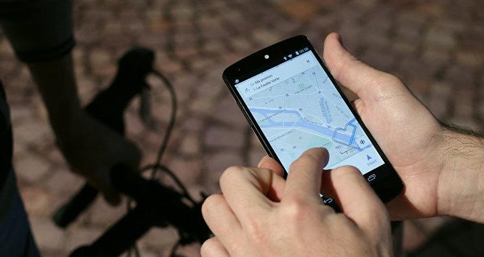Un hombre usa el GPS de su celular