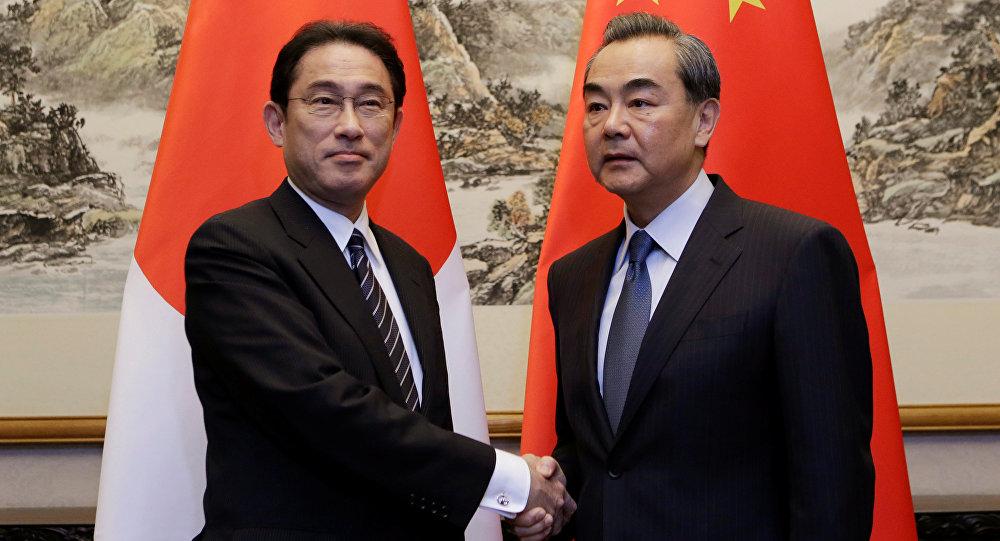 Ministro de Exteriores de Japón Fumio Kishida con su homólogo chino Wang Yi