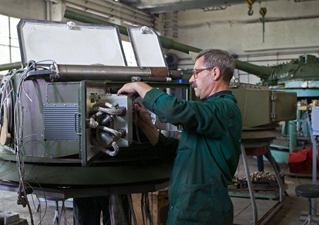Ingeniero ucraniano en la fábrica de vehículos blindados de Kiev (archivo)