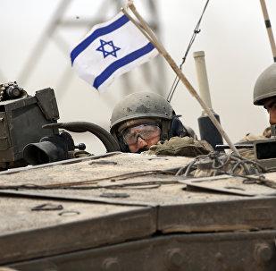 Soldados del Ejército israelí en un tanque Markava