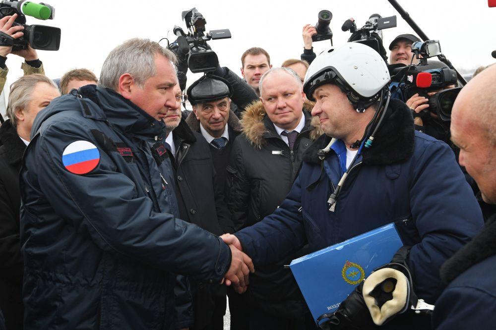 El vicepresidente del Gobierno de Rusia, Dmitri Rogozin, durante la presentación del nuevo caza MiG-35
