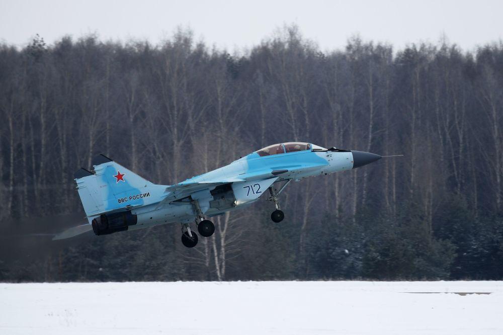 El MiG-35 realiza un vuelo de prueba durante la presentación oficial de esta aeronave