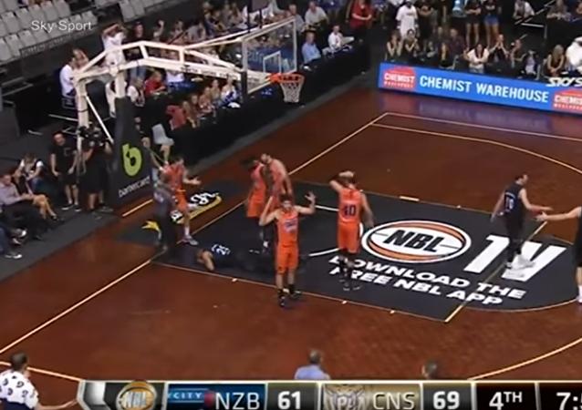 Espeluznante: se le sale un ojo a un jugador de baloncesto durante un partido