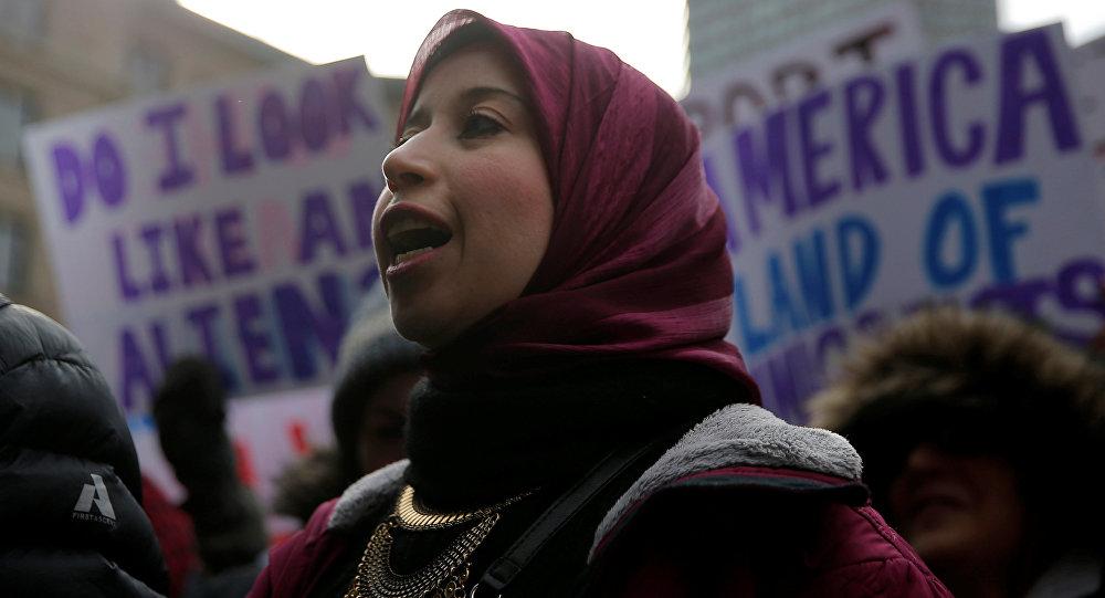 Una mujer musulmana en las manifestaciónes contra nueva ley