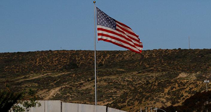La bandera de EEUU en la frontera con México