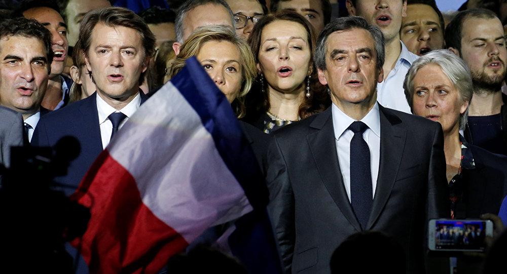 El candidato a la presidencia de Francia, François Fillon, con su esposa Penelope