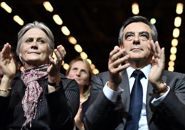 Candidato de la derecha a la presidencia de Francia, François Fillon, con su esposa