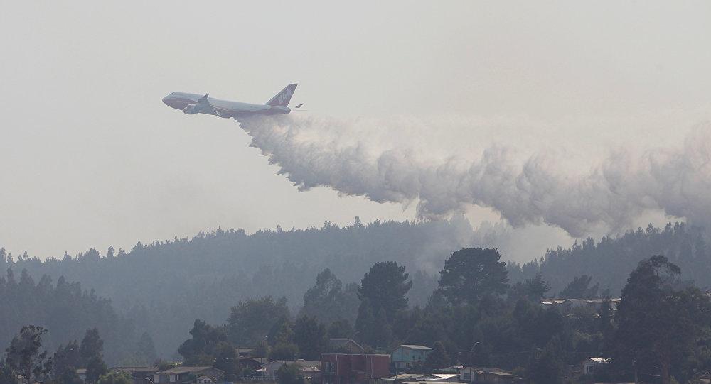 El Boeing 747-400 de EEUU extingue un incendio forestal en Chile