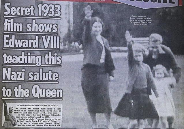 La reina Isabel II, a la edad de seis años, levanta las manos en un saludo nazi