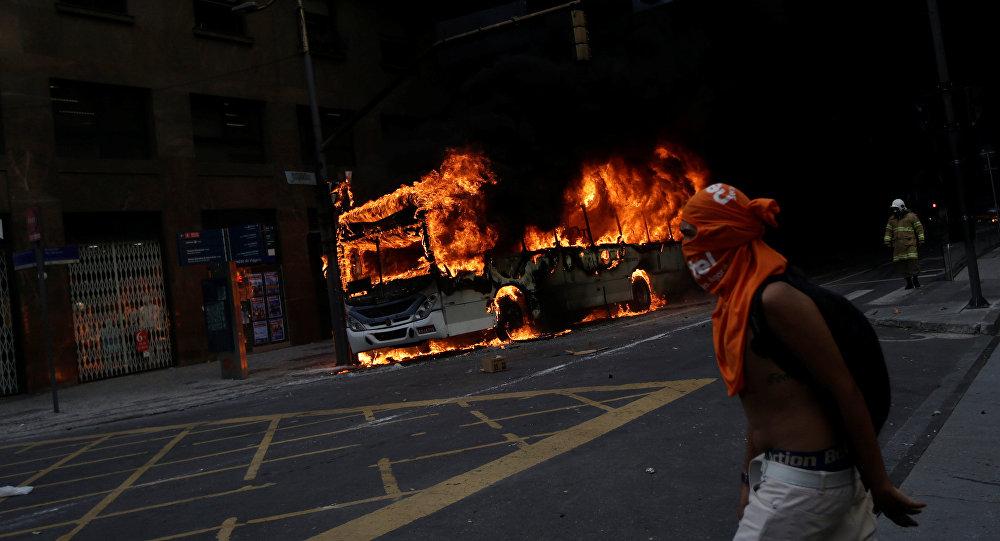 Protestas contra recortes a funcionarios públicos en Río de Janeiro