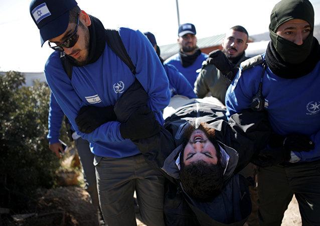 Policías israelíes desaloja a los colonos atrincherados en la sinagoga de la colonia de Amona