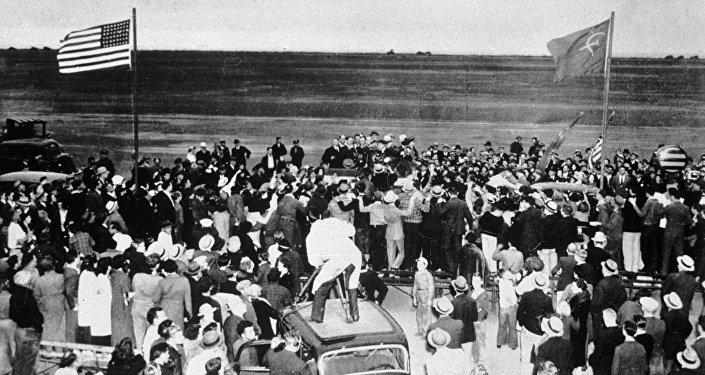 Ciudadanos estadounidenses se congregan en el aeródromo militar de Portland (estado de Washington) para recibir a la tripulación soviética. 20 de junio de 1937.