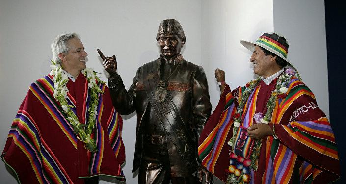 El presidente de Bolivia, Evo Morales, y el vicepresidente Álvaro García Linera posan con una estatua de Morales tras la inauguración del Museo Orinoca en Orinoca