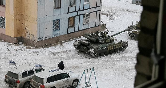 Tanques ucranianos juntos a vehículos de la OSCE en Avdéevka