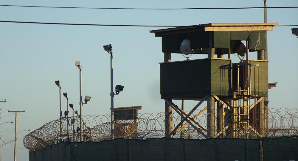 Una de las torres de vigilancia del Campo 6 de Guantánamo
