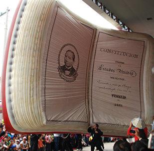 El libro de Constitución Mexicana inflable