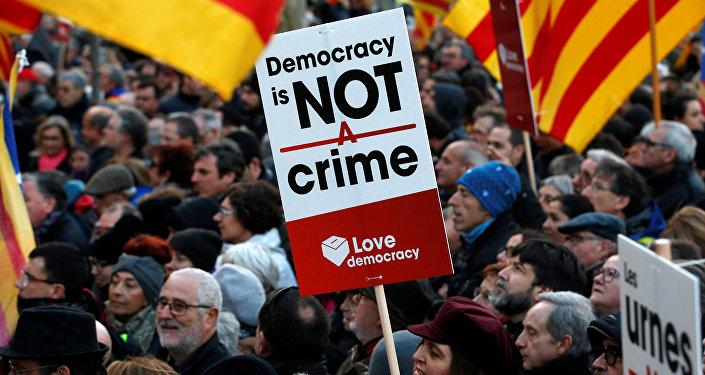 La concentración convocada en Barcelona para apoyar a los políticos independentistas encausados por la celebración de la consulta soberanista del 9 de noviembre de 2014 en Cataluña