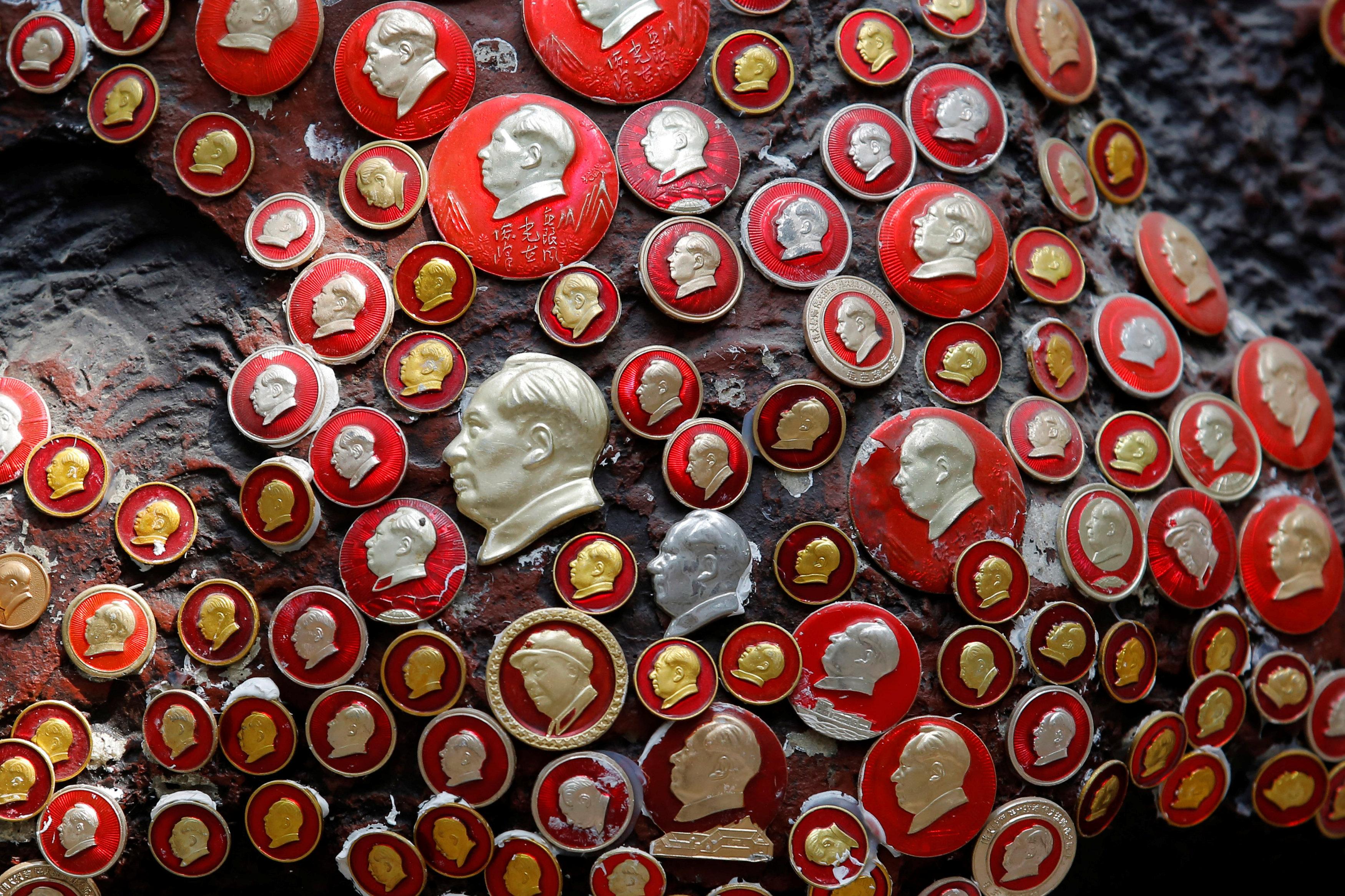 Insignias con la imagen de Mao Tse Tung, el máximo dirigente del Partido Comunista de China