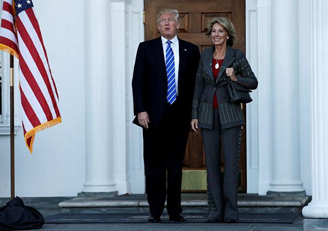 Donald Trump y Betsy DeVos