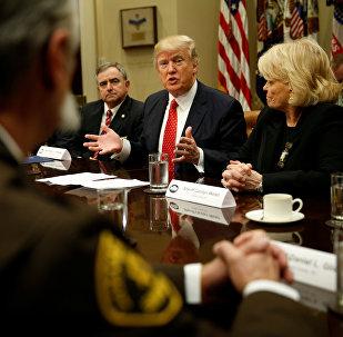 Donald Trump, presidente de EEUU, en una reunión con un grupo de jefes policiales de varios condados