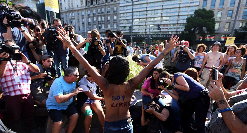 Una mujer protesta en Buenos Aires