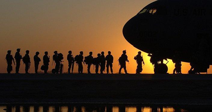 Soldados del Ejército estadounidense abordando un avión de transporte militar C-17 Globemaster (archivo)